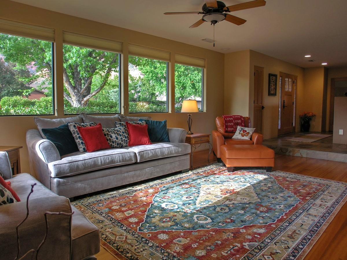 Quietude living room sedona vacation rental red rock realty - Living room realty ...